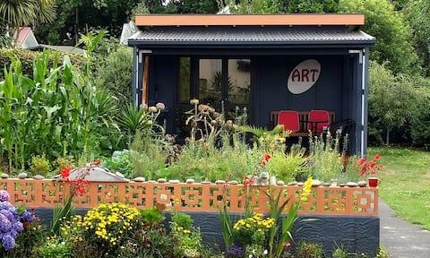 Charming Garden Retreat for Art Lovers