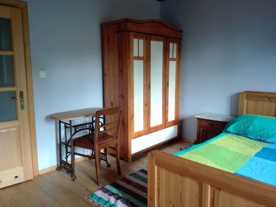 Główne łóżko i stara szafa po renowacji.