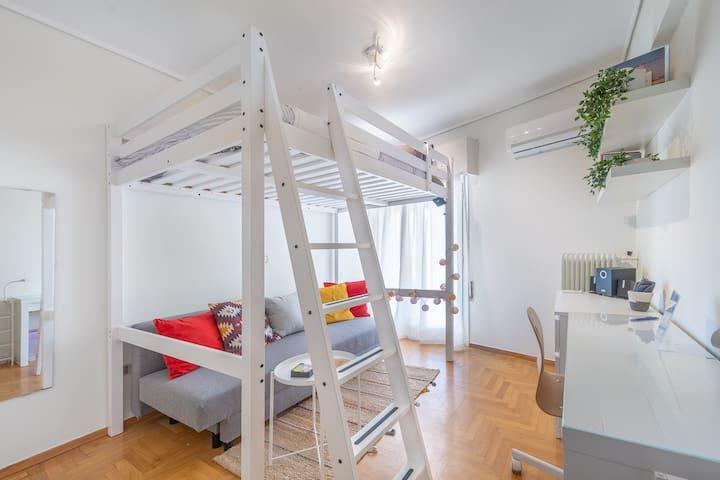 Ζεστό, φωτεινό και άνετο ιδιωτικό υπνοδωμάτιο με ημίδιπλο κρεβάτι κουκέτα, γραφείο και καθιστικό- Cosy, sunny room with semi double bunk bed, desk & sitting area