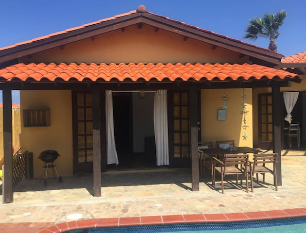 Villa Tibushi Aruba - The pool terrace is a great place to have lunch in the shadow