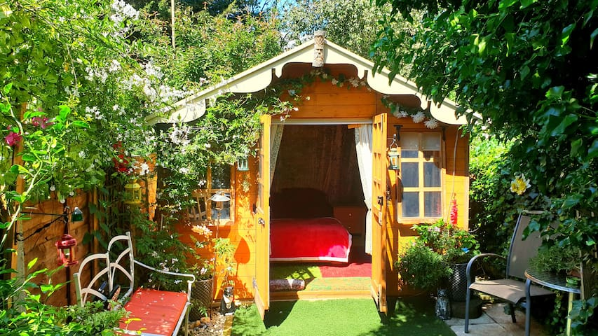 Cosy, Private Cabin in Westcliff on Sea.