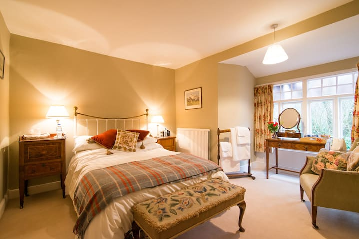 Hall View - Luxury Double Own Bathroom - Tideswell - Inap sarapan