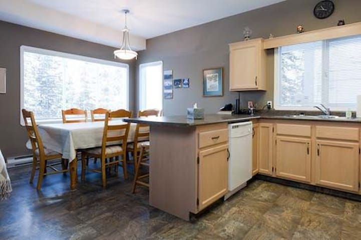 Campbell Upper 4 Bedroom, BBQ & Private Hot Tub