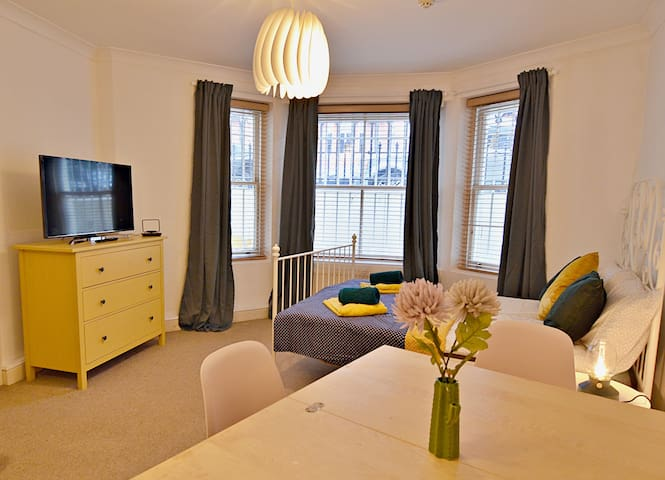 GRACIOUS Studio Flat for 4 Guests in NOTTING HILL