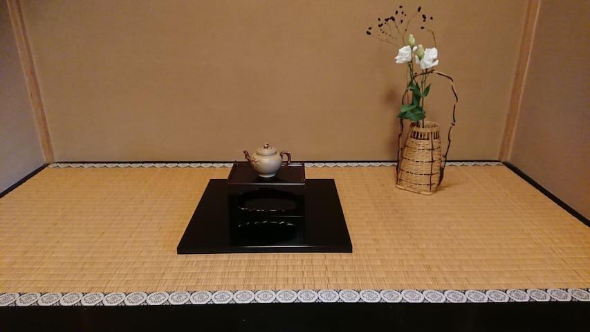 女性限定で静かな日本の暮らしを味わえますⒹ。茶道道具、シルバニアドールハウスをお楽しみ下さい。