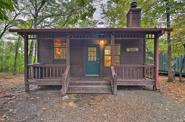 Pet-Friendly Hochatown Studio Cabin w/Hot Tub