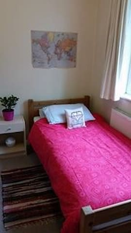 Small convenient room very close to the tube - Londres - Casa
