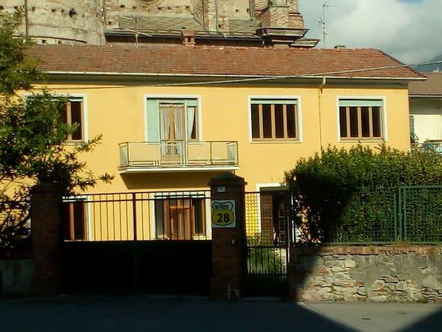 Route 28 - Garessio, Piemonte, IT - Haus