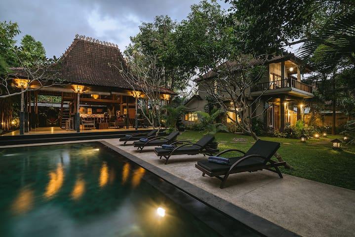Villa Toya..Central, leafy retreat, sleeps 10