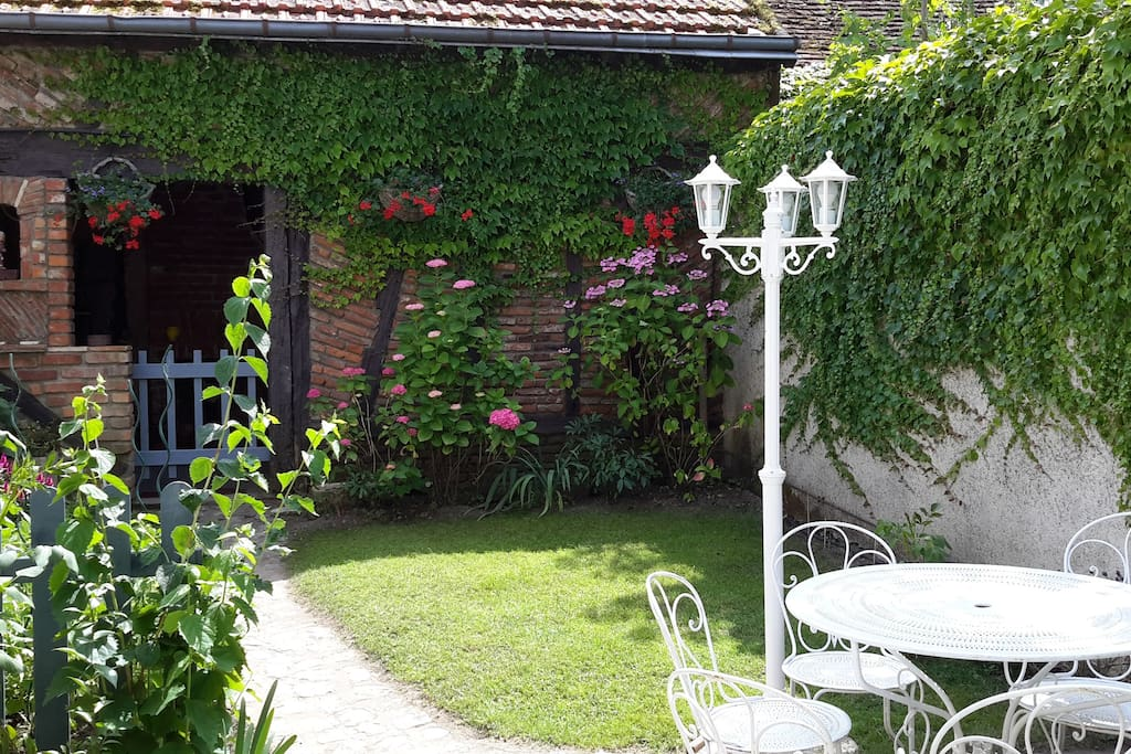 Charmant extérieur  calme en pleine ville pour prendre vos repas au jardin