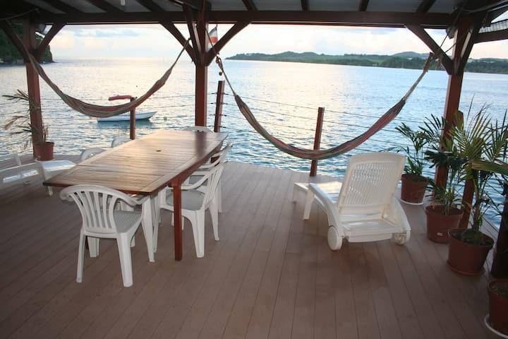 Grand appartement équipé avec terrasse sur l'eau