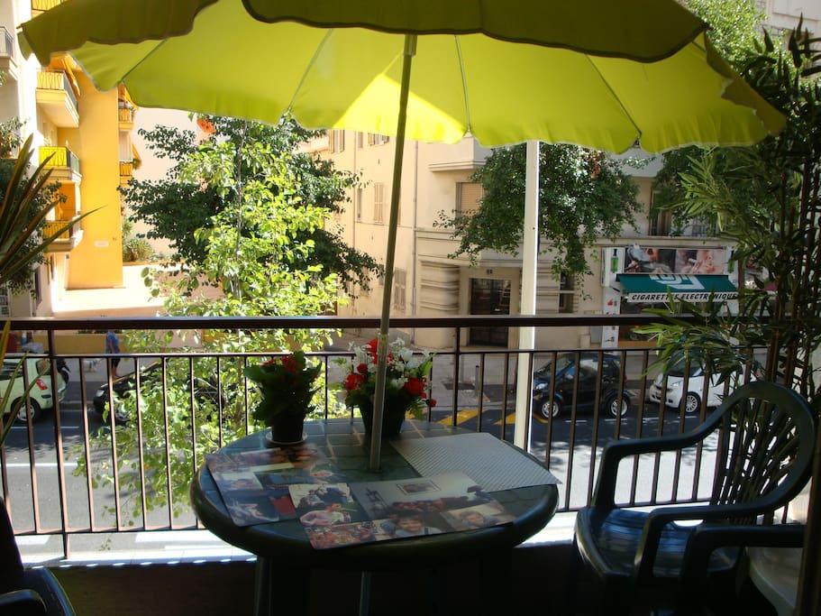 Balcon donnant sur le Boulevard de Cessole - ombre l'après-midi