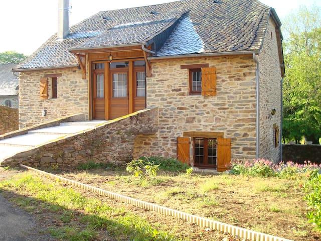 Maison en pierre dans petit village au calme