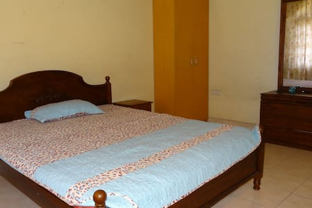 Spacious room with Balconey - Sri Jayawardenepura Kotte - Casa