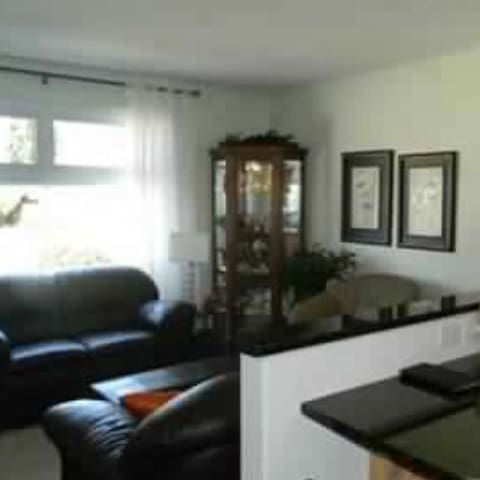 Quiet, 3 bedroom entire main floor - Saskatoon - Ház
