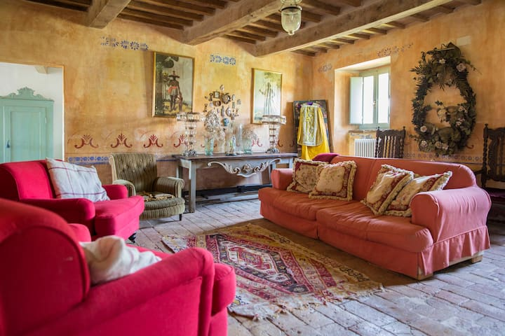 Stone built vintage chic remote Tuscan farmhouse