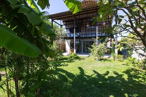 Cool Home w Garden near Sea