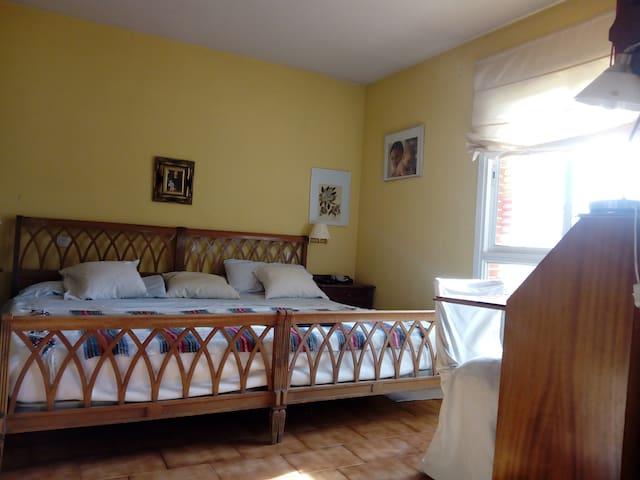 Habitación matrimonio, con baño y zona de estar