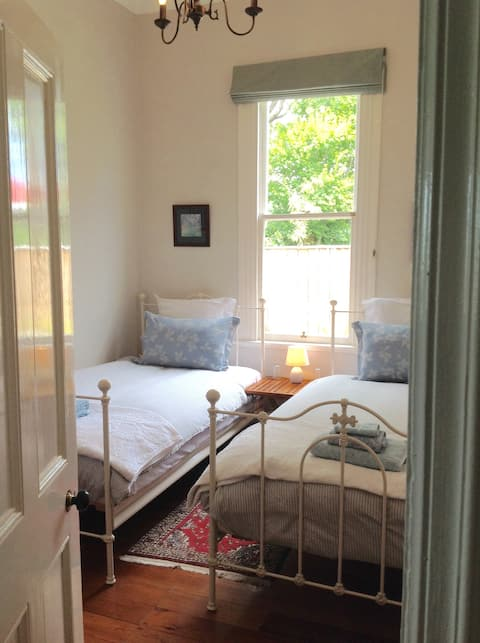 Twin room in lovely Jacaranda Cottage