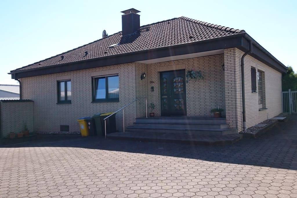 Haus Eingang  und Stellplatz