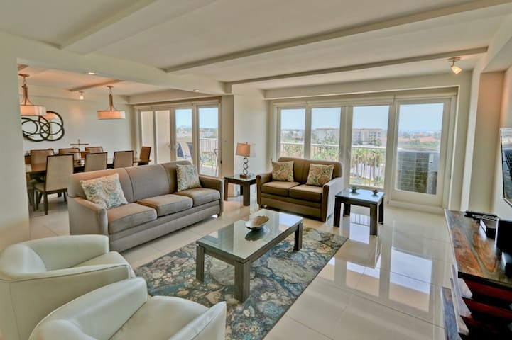 Soak up the sun! Spacious Bayview condo, beachfront resort with shared pools