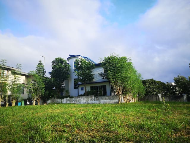 Peaceful Palms Pointe Alabang house/ideal location