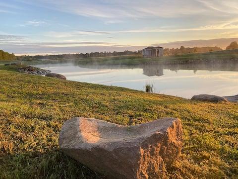Skandinaviškas namelis dviems-su vaizdu į tvenkinį