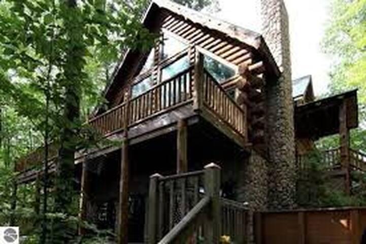 Spacious Lodge Style Home on Rose Lake (Sleeps 16)