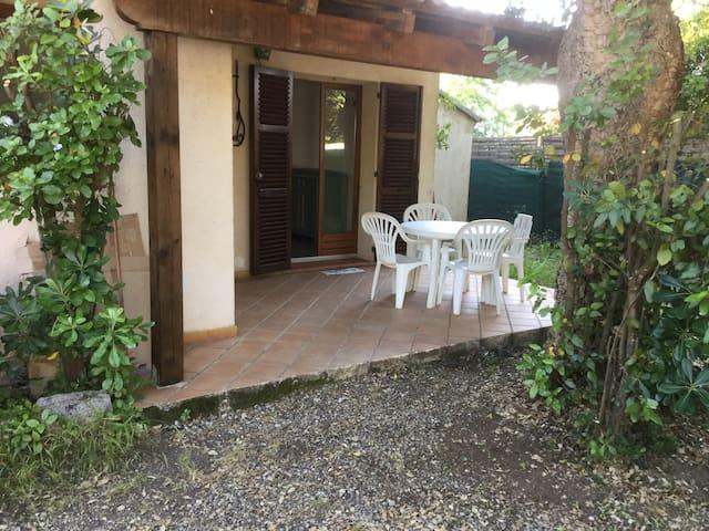Maison avec terrasse couverte et jardin