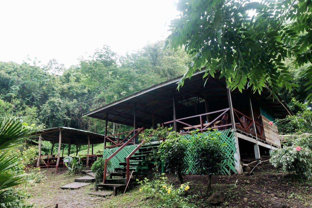Es una cabaña rustica, en medio de la naturaleza y con vista al lago. - The cabin has a rustic design and is settled in the middle of the nature with an impressive view  of the lake.