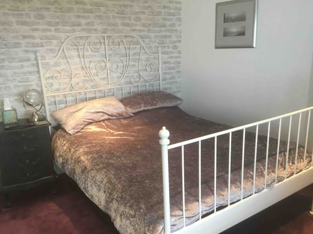 Comfortable double room with good transport links
