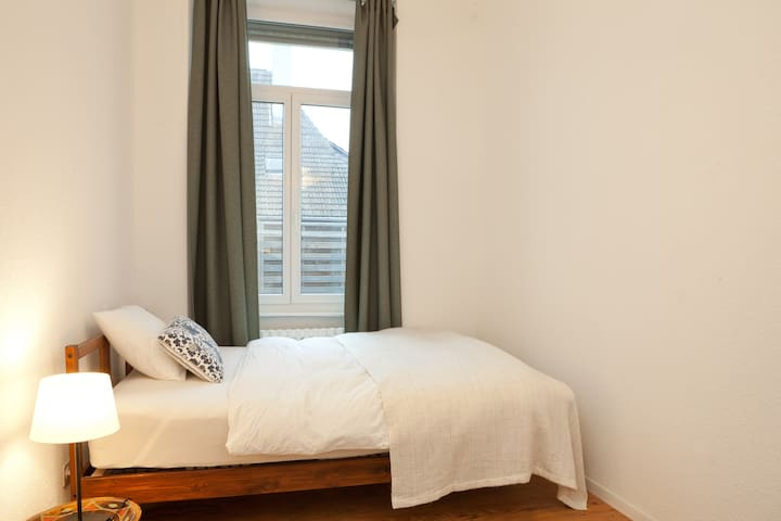 Sunny and clean double room @ Murgenthal Station - Murgenthal - Huoneisto