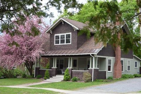 Cozy bungalow in charming Vermont village