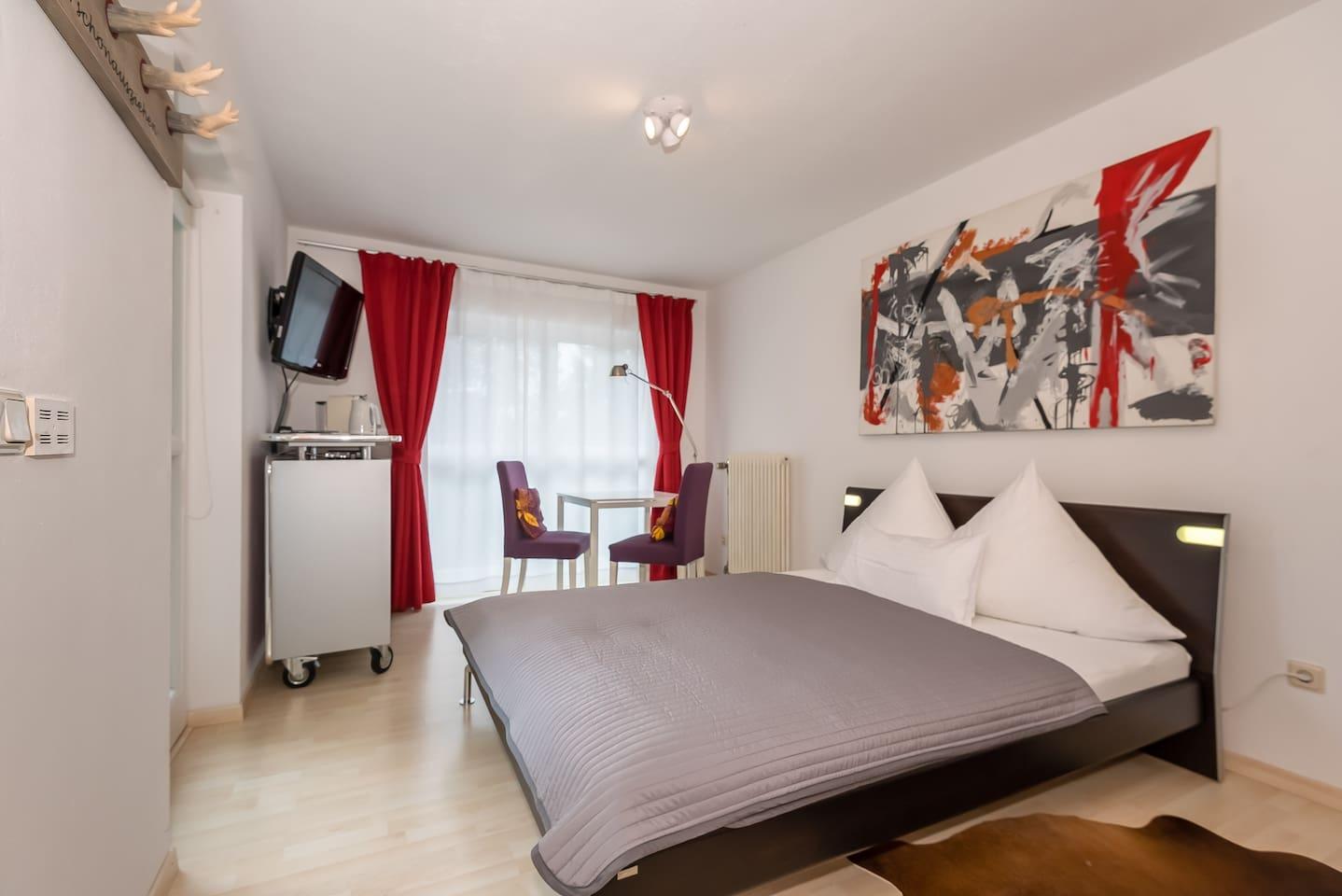 Ruhiges Appartement im Garten für ein oder zwei Gäste mit Hülsta-Doppelbett (160 x 200 cm), Kabel Flat-TV, WLAN, Kühlschrank, Kaffeemaschine, Wasserkocher, großzügiges Bad.