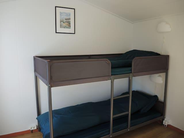 Soverom med køyseng Bedroom with bunk bed.