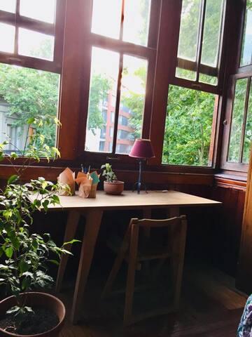 Esta foto es parte del living. Es una Bo window hermosa que da a la esquina misma de la casa.