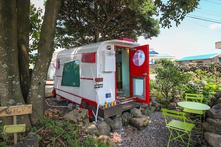 Little Kid Caravan of Stone House - Camper/RV