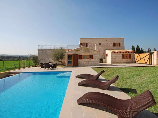 Modern country house with pool and air conditioning in Muro