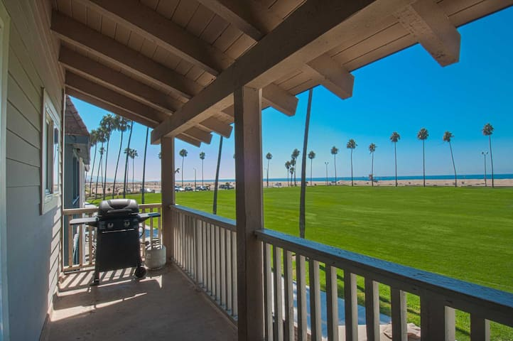 Beautiful Views Await You in this Upper Just a Short Walk From the Balboa Pier - Newport Beach - Hus