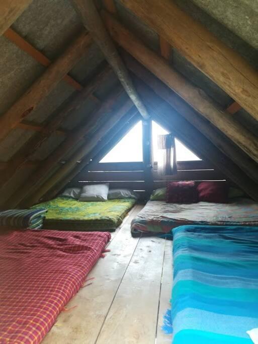 Altillo en el interior, perfecto para descanso, en el que se pueden alojar tres o más personas.