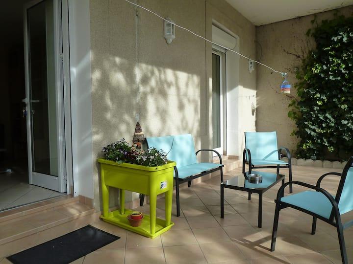 Studio+terrasse rez de jardin, calme, proche ctre