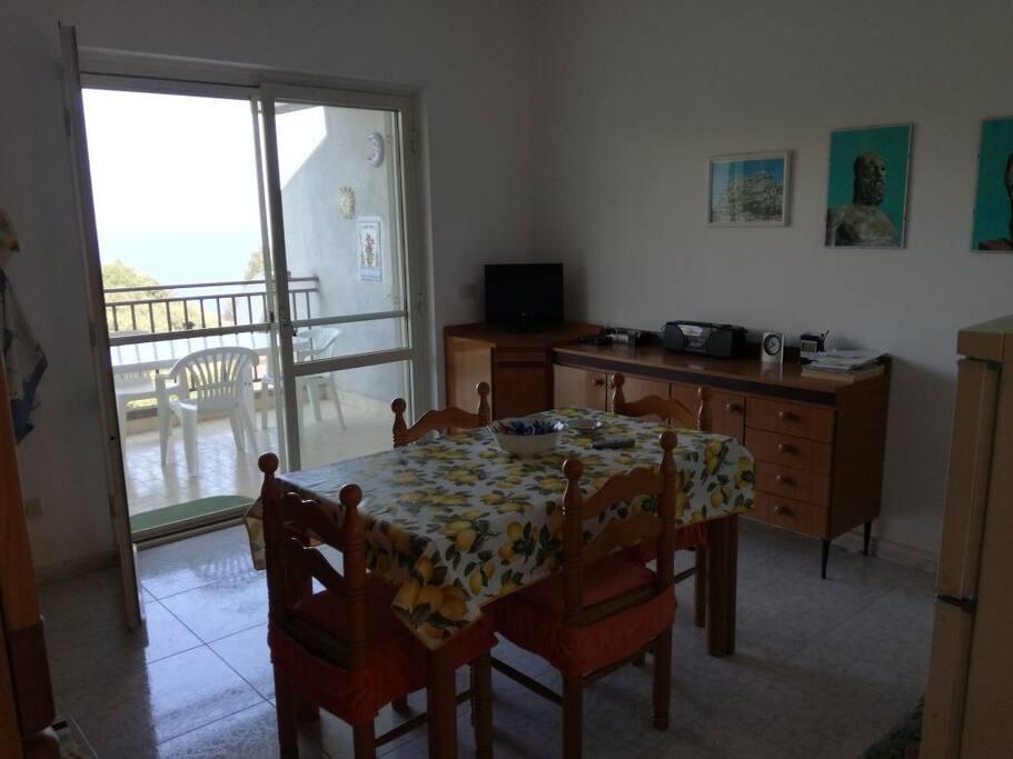 cucina con terrazzo vista mare