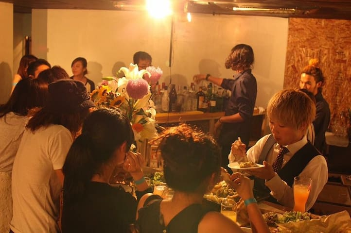 Great access to Osaka!! Bar & Hostel 『Uvillage』