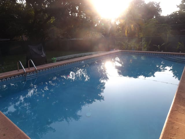 Private Room: Independant Entrance. 1 Month $1000 - North Miami - House