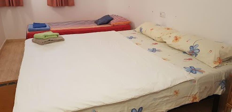 seconde chambre avec lit de 1.80 et lit individuel  peut-être transformée en 3 lits individuels