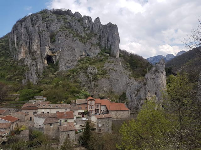 Logements atypiques au pied des montagnes