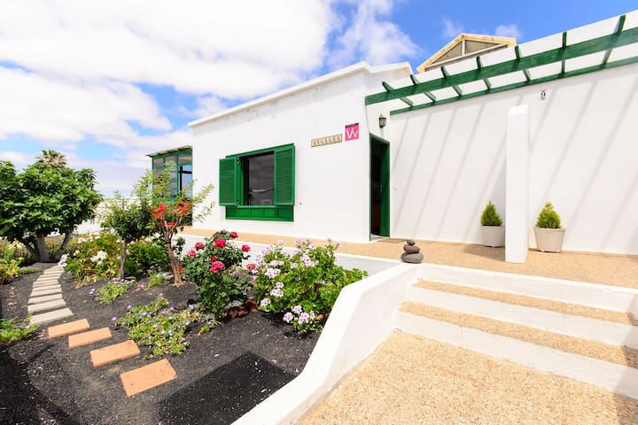 Holiday Home Casa Ángeles with amazing Views, Garden & Wifi; Parking Available
