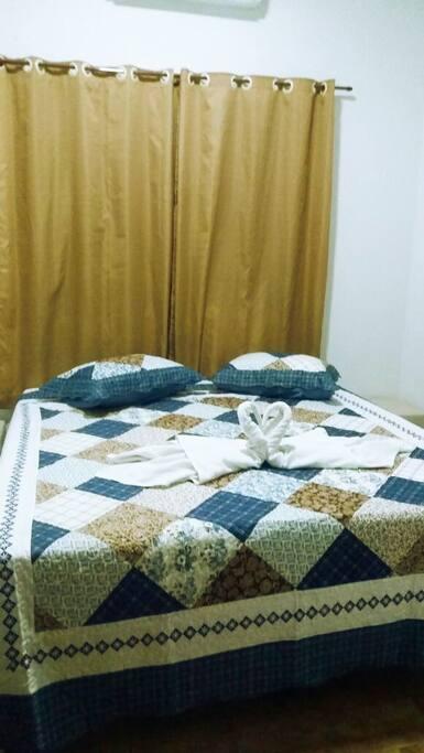 Quarto com cama para duas pessoas. Cama padrão hotel, pode dividir em duas de solteiro ou juntar e ficar uma de casal.
