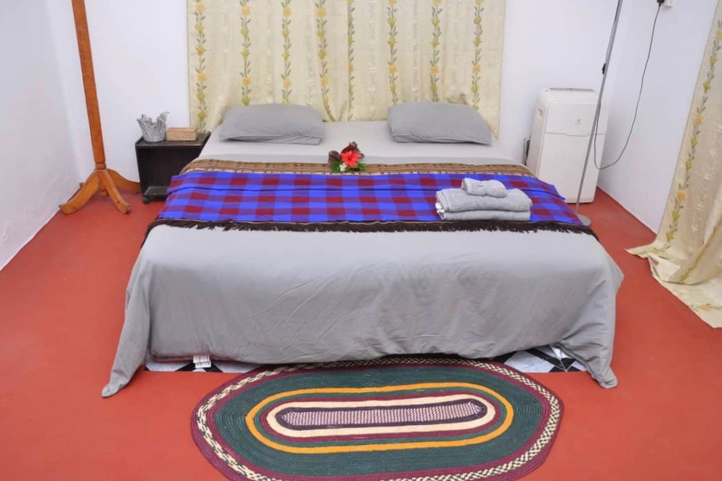 Here is your private space for the duration of your stay. Simple and elegant. Towels, bedsheets, bed table and curtains for privacy.