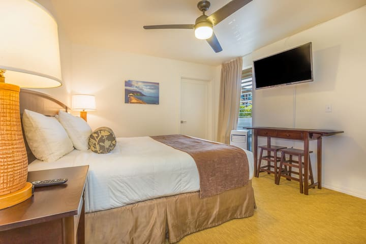 Kapaa Studio with Pool, Walk to Beaches and Dining